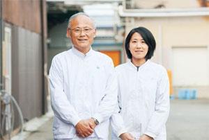 三浦恭平取締役生産本部長と川島淳子商品開発課係長 写真
